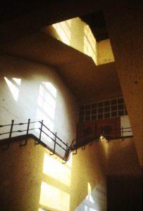 Treppenhaus Schule am Weinberg, Aufnahme von 1986, Hendrik SchinkTreppenhaus Schule am Weinberg, Aufnahme von 1986, Hendrik Schink