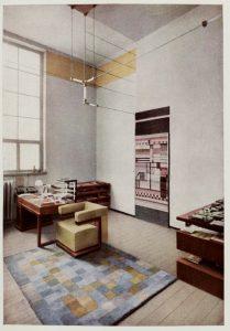 Bildteppich von Else Mögelin im Direktorenzimmer des Bauhauses Weimar 1923 - in Bauhausbücher Nr. 7, 1924