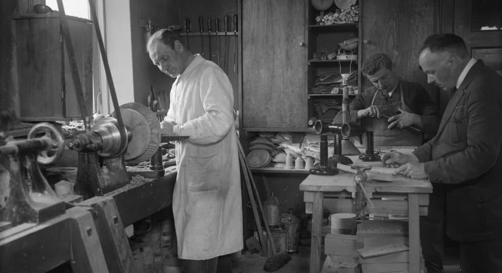 Eberhard Schrammen in seiner Werkstatt | Foto: Willy Römer - bpk/Kunstbibliothek, SMB, Photothek
